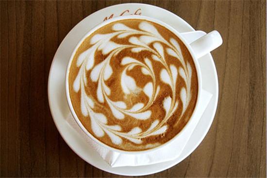 我想无论谁也无法抗拒这跳跃在咖啡杯上的美妙图案,不管你喜不喜欢喝咖啡,对这美貌的拉花咖啡一定都没有抗抵力。然而这咖啡与牛奶交融也是没那么容易的。    有些事,说来轻松自然,可是意境却悠远... 比如这跃然在咖啡杯上的神奇图形,看上去那么美妙,却并非那么简单。什么都要刚刚好:咖啡粉量刚刚好,咖啡刚刚好,牛奶也刚刚好,当然心情也会刚刚好。    据说神奇的咖啡拉花——有四个阶段——你坚持下去——就会看到神奇的世界:   【第一个阶段